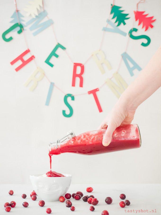 Cranberrysaus recept - Cranberry Sauce. Niet alleen voor bij de kalkoen ook lekker door yoghur, havermoutpap, over ijs of bij desserts.Photography: © www.tastyshot.nl