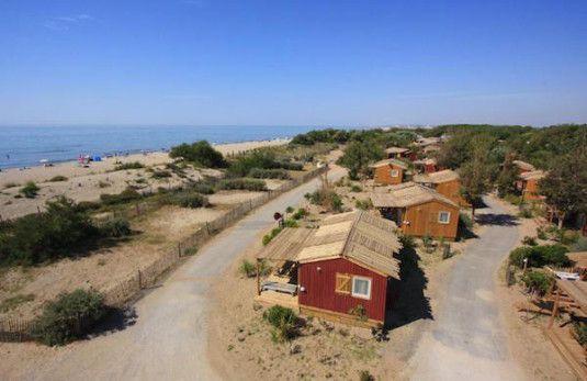 Houten visserhuisjes aan het strand