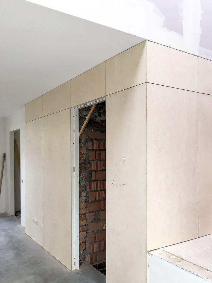 Uitvoering werk- & woonboerderij,   In het werkdeel worden het toilet, garderobe en toegang tot de kelder ook aan de buitenzijde voorzien van multiplex.   Meer projecten: www.denieuwecontext.nl