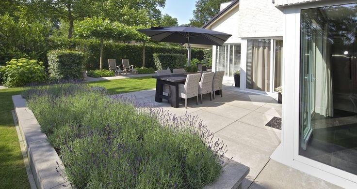 In de tuin   SCHELLEVIS Oud Hollandse terrastegels #sierbestrating