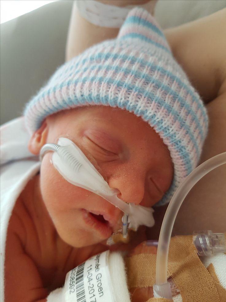 """Moeder van Jaymée: """"Jaymée is met 32 weken en 4 dagen geboren. Bijna 2 maanden te vroeg (uitgerekende datum was 2 juni). Gelukkig ademt ze vanaf het begin al zelfstandig. Inmiddels is ze ruim een week oud en heeft ze enkel nog een sonde voor de voeding en ligt ze uiteraard in de couveuse. Het is een echte bikkel en daarom verdient onze dochter het om 'Baby van de maand' te zijn."""""""