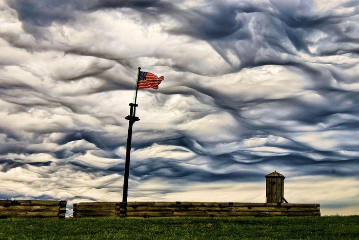 Асператус — жутковатое, но впечатляющее явление природы    Undulatus asperatus, известные также как асператус, — это редкий тип облаков устрашающего вида, предложенный в качестве отдельного вида в классификации облаков в 2009 году. Ученые заметили, что облака асператус стали часто появляться именно в начале 21 века. Несмотря на свой устрашающий вид, появление таких облаков не сопровождается грозой и ураганом, в отличие от их ближайших родственников облаков undulatus.