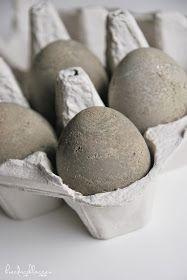 DIY-egg til påske,    som ikke kan knuse...      Laget av betong med eggeskal som former.                     Jeg begynte med ...