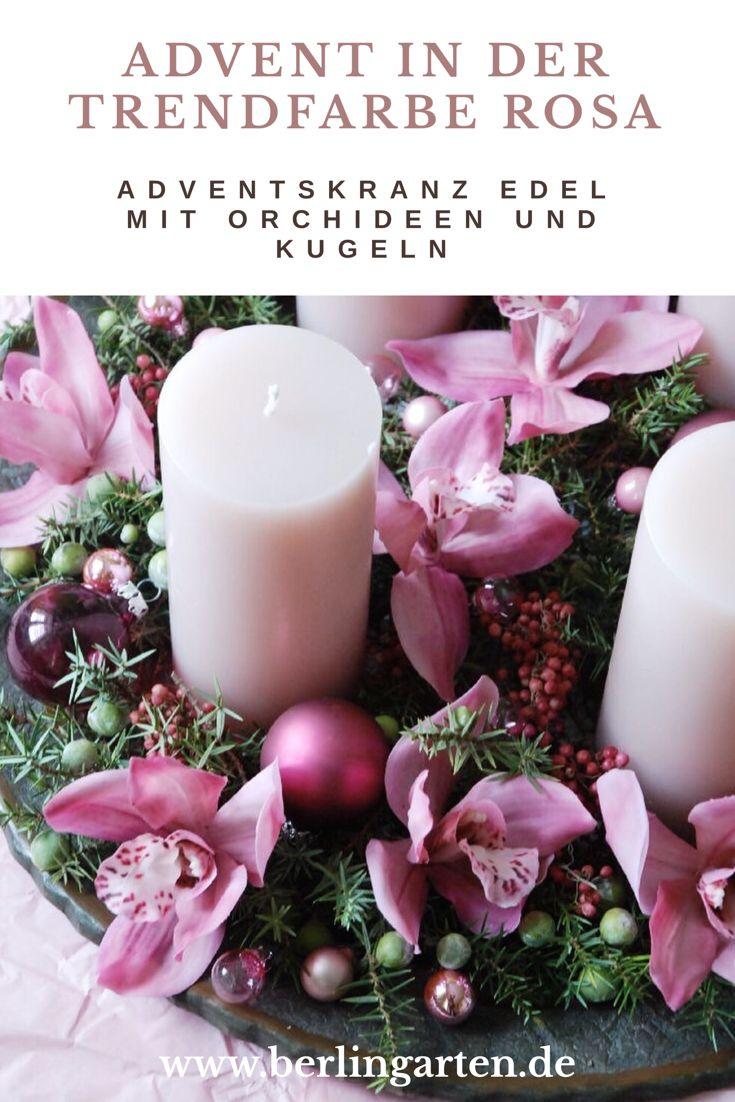 Rosa ist Trend und bringt Farbe in deinen Advent. Diese edle Deko mit Orchideen (aus einem hochwertigen Kunststoff) kannst du ganz leicht selber machen. DIY für einen schnellen Adventskranz bzw. Adventsgesteck, das richtig Eindruck macht.