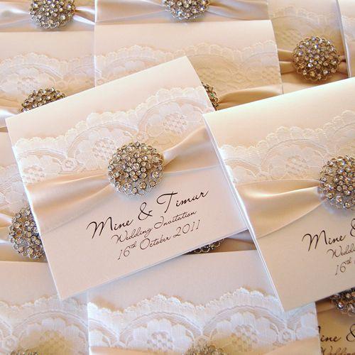 Invitaciones elegantes y lujosas hechas a mano decoradas con broche de cristal vintage lazo y encaje.