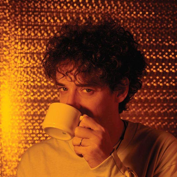 GUSTAVO CERATI: Foto original de prensa AMOR AMARILLO.  Buenos Aires, 1993.  Bellísima imagen que ilustraba algunos de los afiches que promocionaban el álbum por aquel entonces, y que recién fue incluida en el arte del disco en 2016, en la edición doble vinilo. Fotografía: Alejandro Kuropatwa