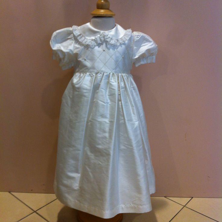 www.elisa-regali.it abito in schantum di seta con ricami per bambini di 3-6 mesi adatto ad un Battesimo o per una ricorrenza importante