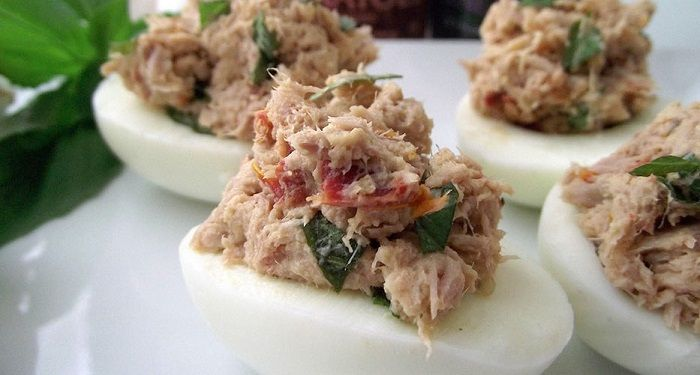 Ben jij op zoek naar een gezonde eiwitrijke snack? Gevulde eieren met zongedroogde tomaat en tonijn is één van de snelste ei recepten om te bereiden!