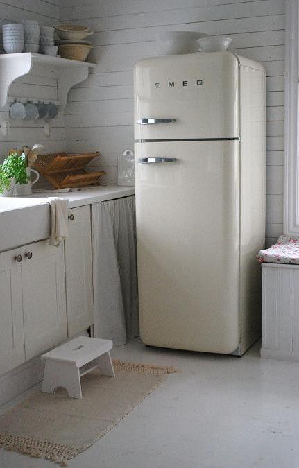 Landelijke keuken met Smeg koelkast, mooi met al die verschillende wit tinten maar ik zou er zelf een contrast kleur aan toevoegen zoals reseda groen emaille bijvoorbeeld