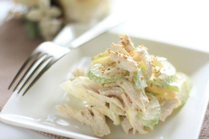 Esta rica ensalda de pollo lleva apio, nuez, y uvas en un aderezo de mayonesa muy bueno. Es ideal para una cena ligera, un lunch para la escuela o hasta un sandwich.