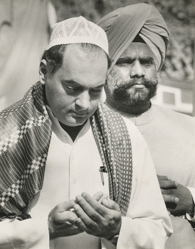Rajiv Gandhi and Buta Singh (behind) pray for peace in Punjab, during general election campaign, 1989.