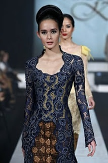 what's that?? Sexy? Exotic? Elegant? Yep, that's the traditional dress of southeast asia! We call it, Kebaya. Wear it with Kain batik. Oh it's so loveley <3