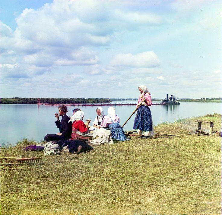 """Обзор начнём с красивейшего снимка """"Обед на покосе"""". сделанного в июле 1909 г. на берегу Шексны близ Череповца:"""