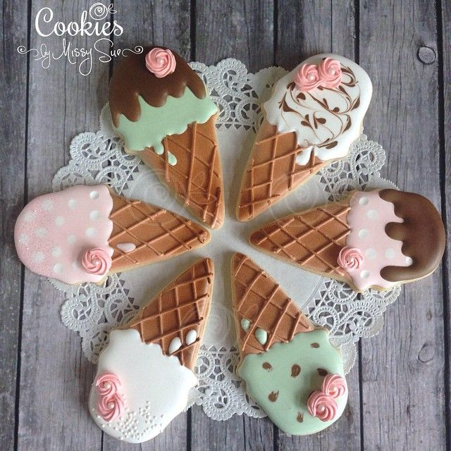 Ice cream cones decorated iced cut-out cookies. Galletas decoradas. Iced biscuits.