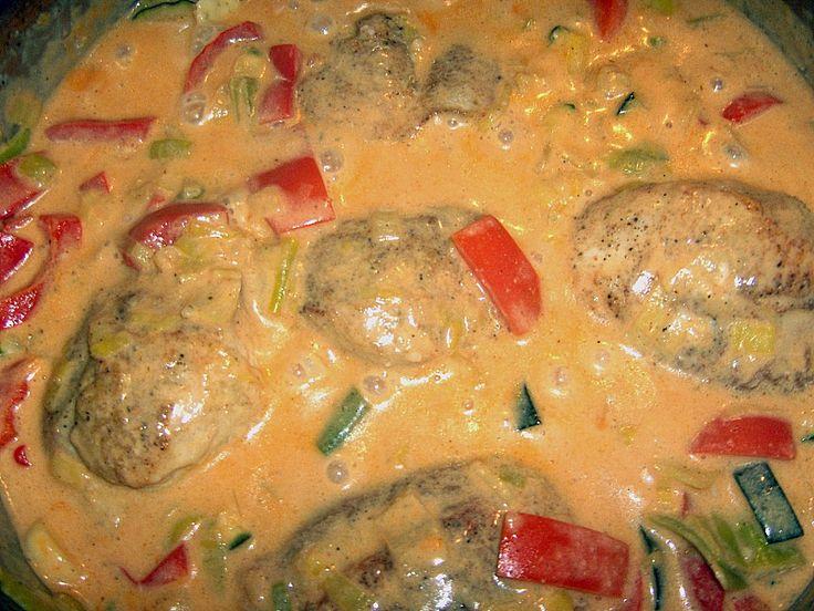 Zutaten    5 Medaillons (Putenfleisch-)  1 Stange/n  Lauch  1 Paprikaschote(n), rot  1 Zucchini  200 ml Kondensmilch (4% Fett)  150...
