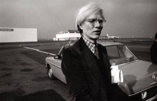 Sin duda Andy Warhol es uno de los artistas más influyentes del siglo XX. Creador del pop art que revolucionó el arte moderno en los 50, su trayectoria artística abarca no solo la pintura sino también el cine o la literatura.      Ahora llega por primera vez a España una gran exposición de 99 retratos realizados por Warhol entre las décadas de 1940 y 1980. A partir del 19 de enero podremos verla en Zaragoza en la sala de exposiciones de Ibercaja Patio de la Infanta.