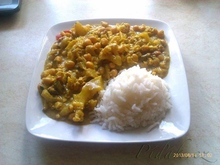 POTŘEBNÉ PŘÍSADY:  cibule curry pasta cizrna tofu cuketa paprika květák houby kokosové mléko olej jasmínová rýže  POSTUP PŘÍPRAVY:  Předem si uvaříme cizrnu a  jako přílohu jasmínovou rýži, kterou vaříme podle návodu.
