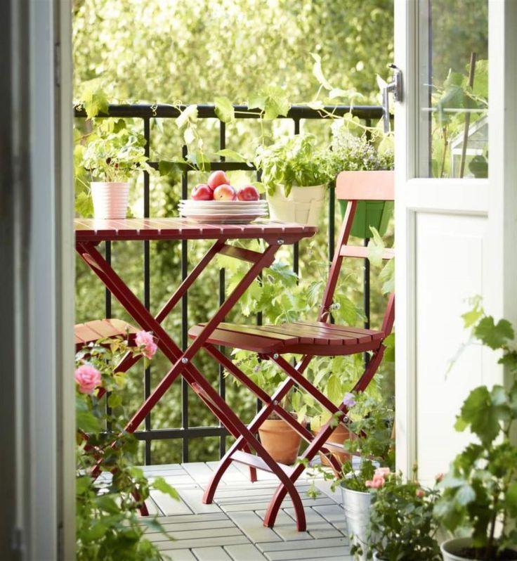 Färgstark balkong. På en balkong eller i andra små utrymmen är det praktiskt med bord och stolar som går att vika ihop och ställa undan. Bord 395 kronor, stol 300 kronor, Ikea.