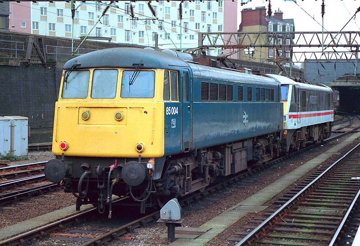 85004 (ex E3059) at London Euston on 20th Dec 1988. Built at Doncaster Works and delivered on 17th July 1961. Re designated and renumbered 85111 in Nov 1989 as a freight only loco. Withdrawn on 2nd March 1990 and cut up at MC Metals, Glasgow on 22nd Sept 1992.