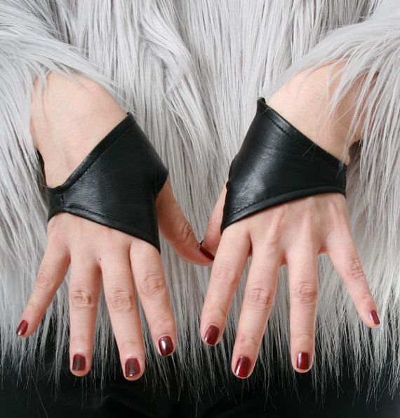 Vera pelle dagnello mezzo Punk ritagliata guanti senza dita Mini XXS (16cm a 16,5 cm) materiale: pelle di agnello genuina. Fodera in puro poliestere. Maschio taglia: XXS, molto piccoli! bambini in forma o estremamente piccola palma classe 15cm a cm 16,5 1 coppia impostata: destro e sinistro guanti * fatto di alta qualità genuina agnello in pelle componibile guanti senza dita per le mani femminili estremamente piccole * taglia XXS guanti sono realizzati per estremamente piccolo, meno di P...