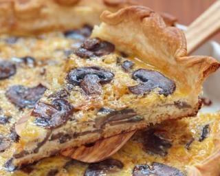 Quiche légère aux champignons et au comté : http://www.fourchette-et-bikini.fr/recettes/recettes-minceur/quiche-legere-aux-champignons-et-au-comte.html
