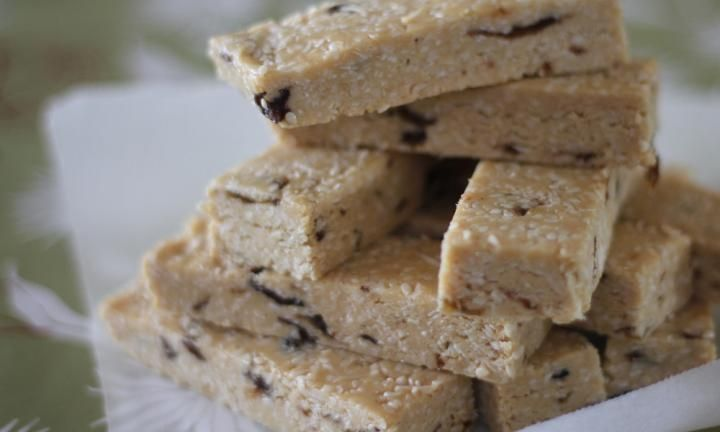 These delicious sesame bars are great little snacks for the pantry and highly nutritious. They are full of honey, peanut butter and raisins.