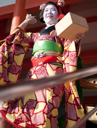 На кимоно ниже изображены стилизованные панцири черепах, мотив, который считается счастливым и дико традиционным. Майко Аяко одевала это кимоно на сэцубун