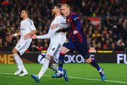 Jeremy Mathieu de Barcelona (R) celebra como él anota su primer gol con un cabezazo durante el partido de Liga entre el FC Barcelona y el Real Madrid CF en el Camp Nou el 22 de marzo de 2015, de Barcelona, España.