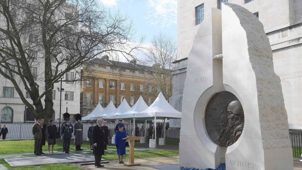 Queen Elizabeth II has joined Britain's political leaders to unveil a memorial to soldiers and civilians who have served in recent wars.