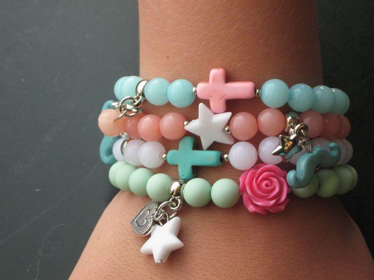zomerse armbandjes in frisse kleuren. www.monniez.nl