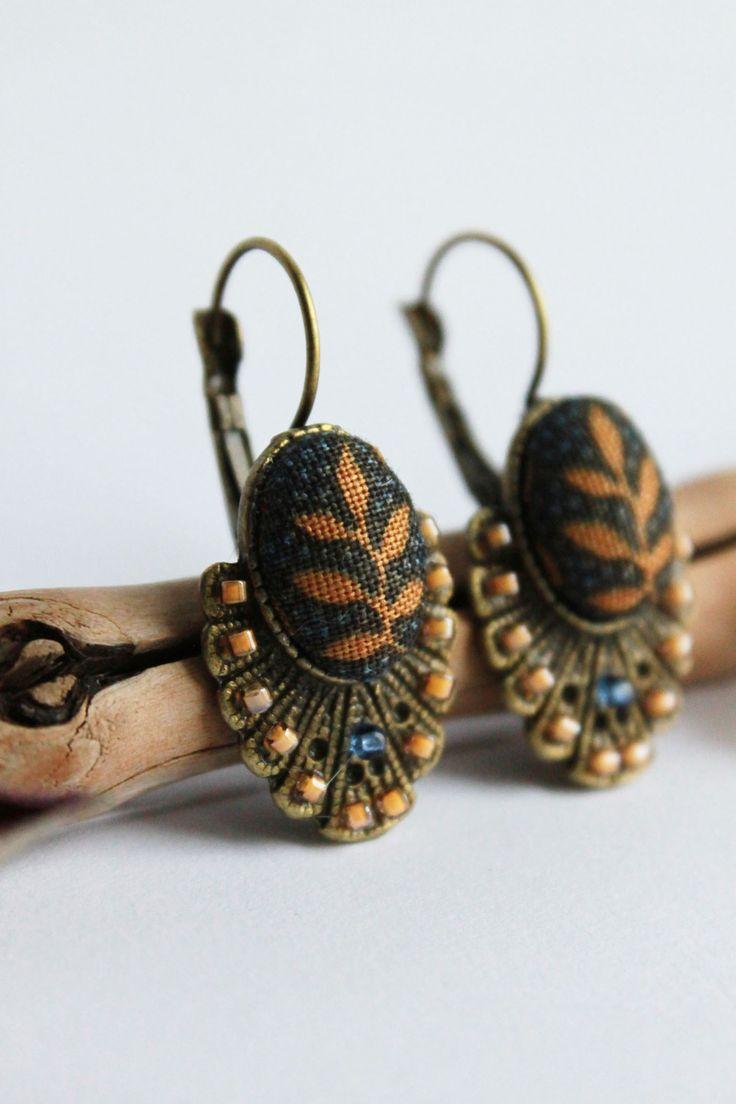 Boucles d'oreilles dormeuse art déco marron et bleu cabochon tissu bohème feuilles : Boucles d'oreille par les-mangeurs-de-coeur