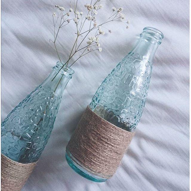 Sencillos jarrones, elaborados con botellas de Vichy Catalan de 250ml.