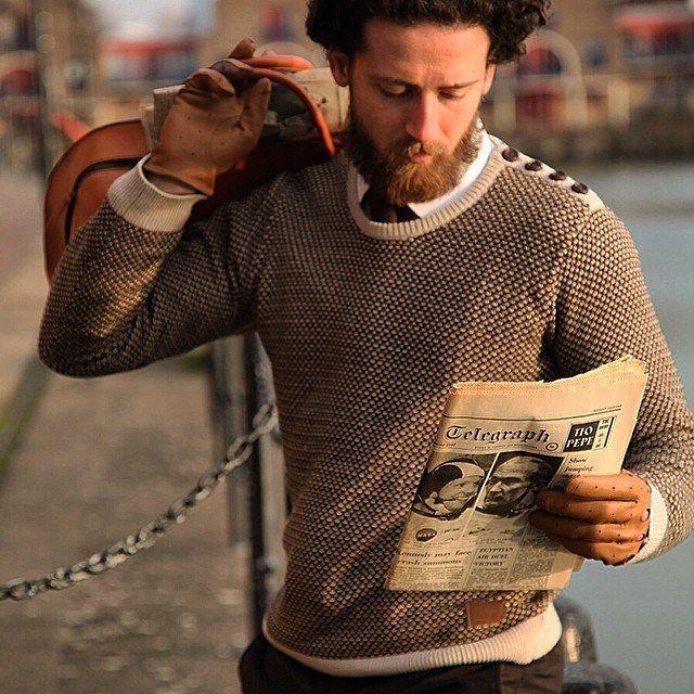Jeu de matières et contrastes de style hyper masculin avec les gants de conduite et le sac Monsieur London.