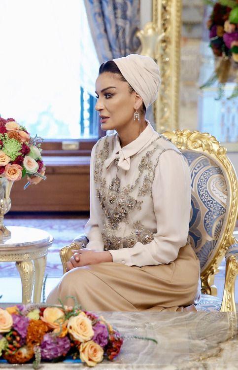 Sheikha Mozah estava na Cimeira Humanitária Mundial em maio de 2016. Ela está linda em Elsa Schiaparelli couture ensemble.