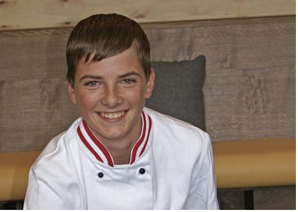 Daniel Madrutter. Auszubildender Gastronomiefachmann.  Daniel wohnt ganz in der Nähe, denn bis nach Mitterdorf bei Patergassen ist es nur ein Katzensprung. Schon als Kind hat das Kochen auf ihn eine besondere Faszination ausgeübt und so macht er bei uns die Lehre zum Koch und Restaurantfachmann.