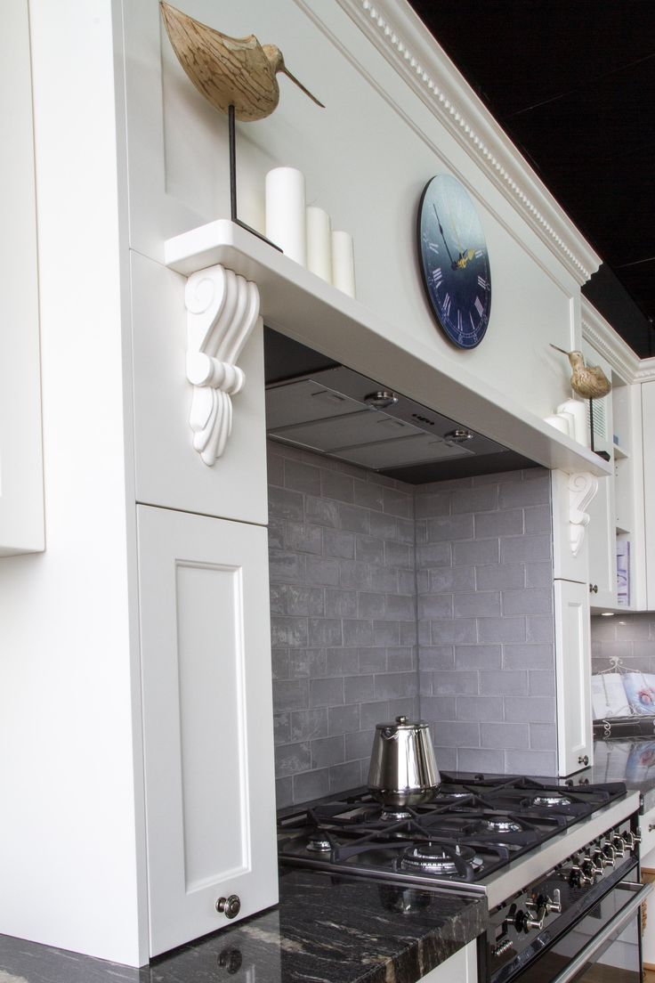 Traditional style kitchen. Hob over cooktop. Corbels. Freestanding cooker. www.thekitchendesigncentre.com.au