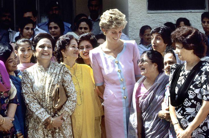 Junto a las mujeres pakistaníes, Diana lució un vestido abotonado rosa, blanco y maxi botones dorados que generó la admiración de las locales