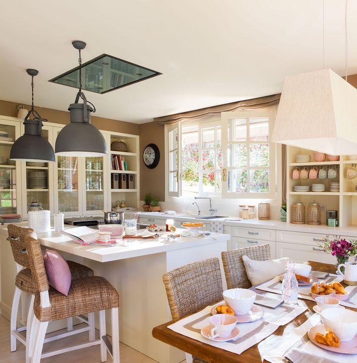 Cocina con muebles en blanco, office e isla de trabajo