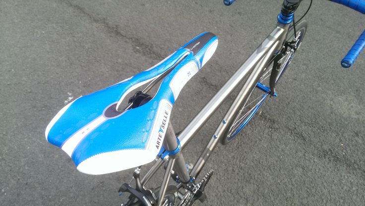 Selle Arte saddle is blue AND titanium. The perfect match for this build.