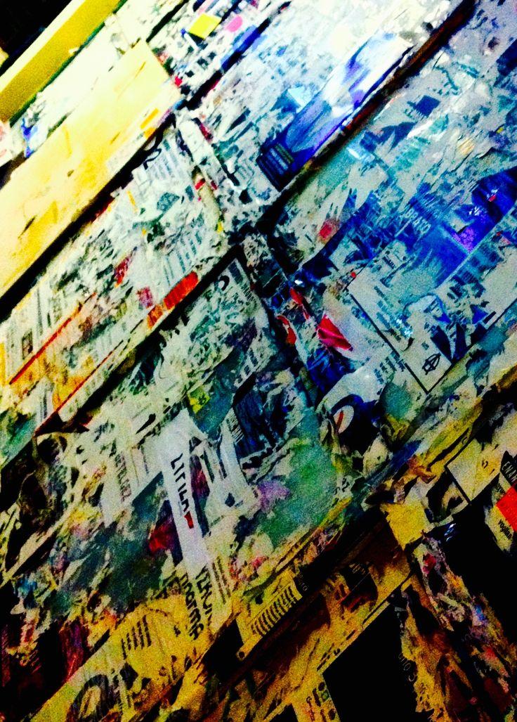 Οι αφίσες πίσω από το κάτω περίπτερο της πλατείας Φωτογραφία: Γιώργος Περάκης