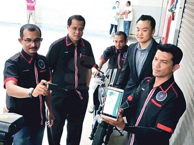 Sedia bantuan dengan hanya satu panggilan   Petugas Hot-Assist menunjukkan sistem SPKG Tracker semasa pelancaran sistem itu di Shah Alam.  SHAH ALAM - Dengan kadar jenayah semakin meningkat terutama di sekitar bandar orang awam pastinya berasa tidak selamat. Justeru sebuah syarikat dikenali Hot-Assist telah memperkenalkan Hot-Assist Driver Care dan Sistem Pengesanan Kenderaan GPS (SPKG) untuk membantu pemilik kenderaan. SPKG Tracker yang diperkenalkan Accenteam Sdn Bhd adalah sistem mengesan…