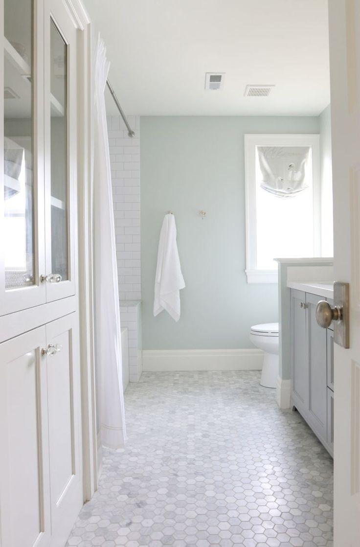 petit carrelage en hexagone pour décoration de salle de bain blanche