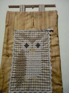 Owl in chicken scratch - wall hanging -- L'AGHINO DI CHICCA: Broderie Suisse gufosa!!