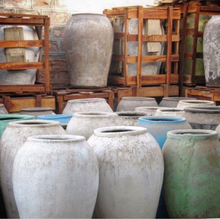 @hartwarebygeesje  Wat vinden jullie van deze vintage rijstpotten uit India? Elke pot is uniek qua vorm, kleur en slijtage. Ik vind ze geweldig sfeervol, mooi met een grote groene plant 🌴(foto via Otenticdesign) #vintage #indianfurniture #homedecor #wooninspiratie #woonideeen #styling #bohemian #whiteinterior #ibizastyle #getinspired #hartwarebygeesje #haverstraatpassage #enschede