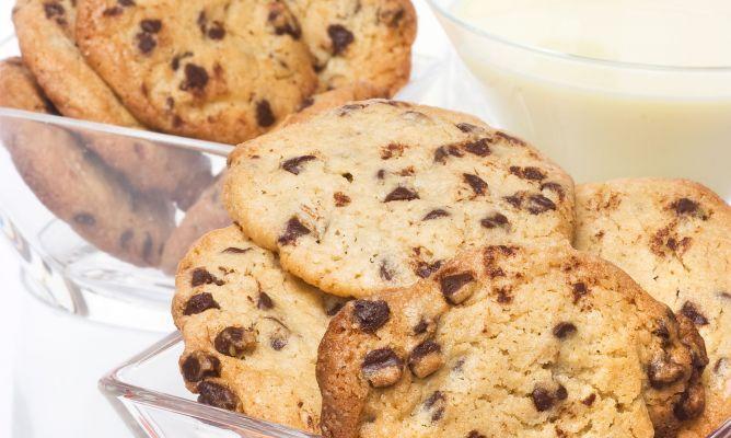 Bruno Oteiza prepara una receta de cookies acompañadas de batido de vainilla, ideal para una merienda. Las cookies son unas galletas con pepitas de chocolate.