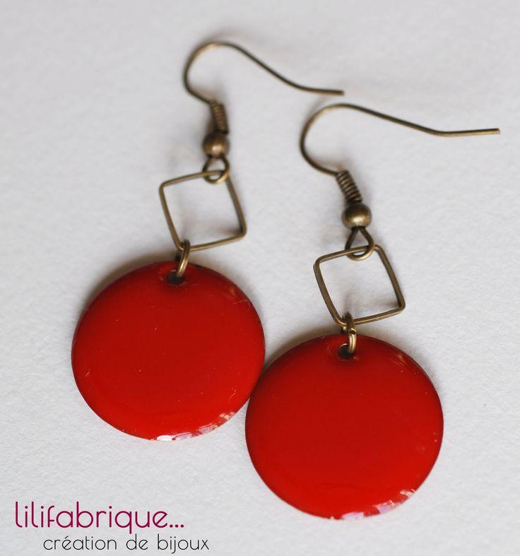 boucles d'oreilles sequin émaillé rouge et carré bronze : Boucles d'oreille par lilifabrique