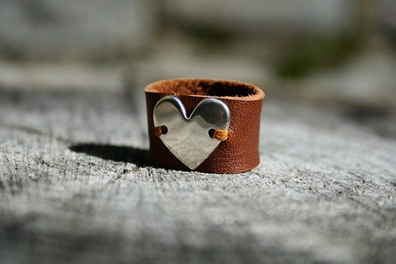 Sterling Silver Heart and Leather Ring Size 7 door TreeSwingStudio