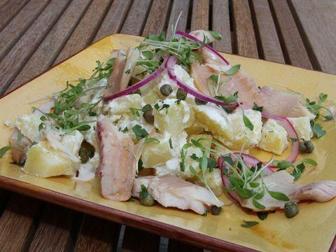 salades,  meng ondertussen in een kom de crème fraîche met de citroensap en rasp. voeg de aardappelen, ui, peterselie, kappertjes ten tuinkers toe.