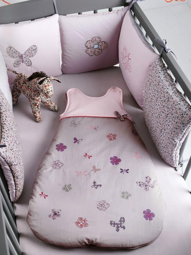 Conjunto Protector de cuna modulable 'Tit'zailes' bebé niña + Saquito bordado 'Tit'zailes' para bebé 0 a 36 meses + Sábana bajera ajustable lisa para cama infantil -