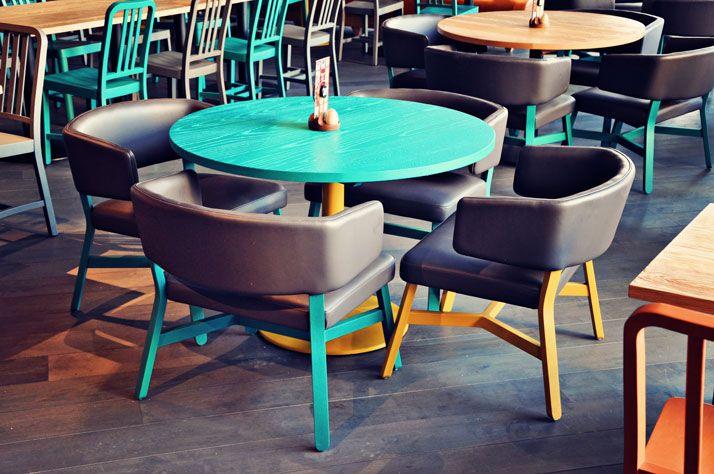 Mesa y sillas. Nando's in Ashford by UK based interior design firm Blacksheep.